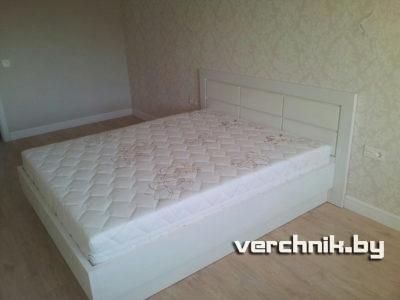 кровать с глянцевой спинкой