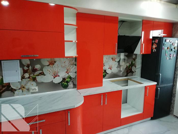 кухня с яркими фасадами